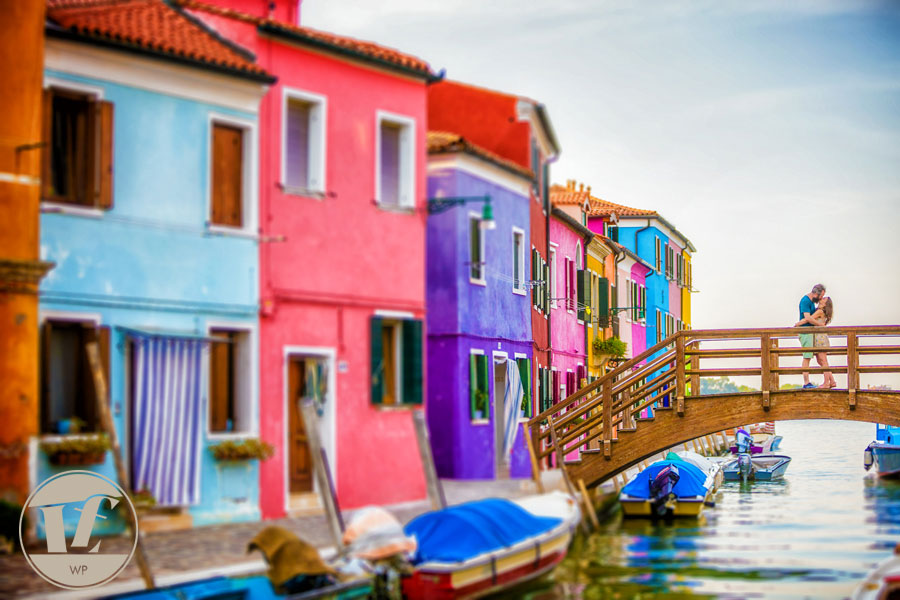 Burano engagement photographer. Couple photoshoots: proposal, pre wedding, elopement, anniversary