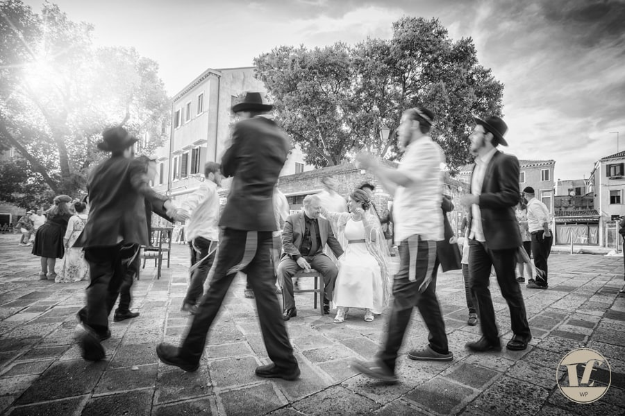 Jewish wedding in Venice. Luca Fabbian destination wedding photographer in Italy. Orthodox Ceremony at the Patio of the Jewish Ghetto. Rebeca & Dan from Las Vegas, USA.
