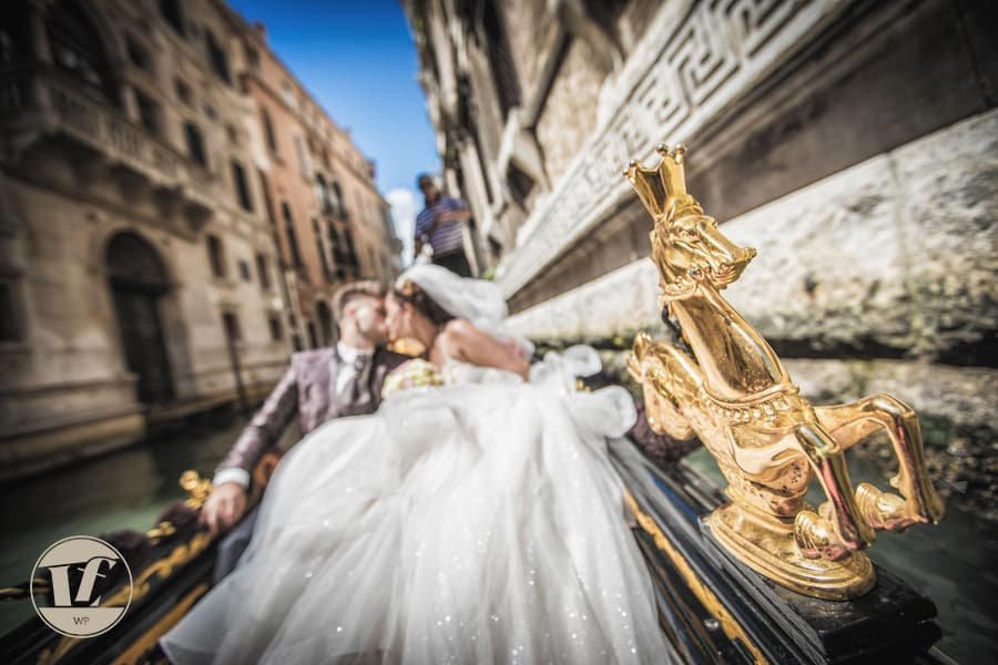 wedding photographer venice - gondola ride