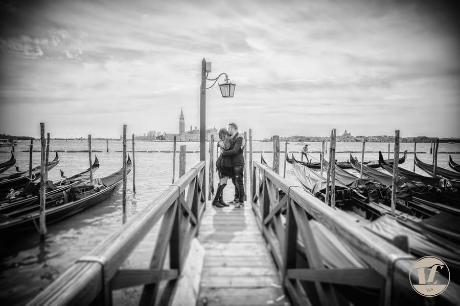 Venice gondola couple photographer